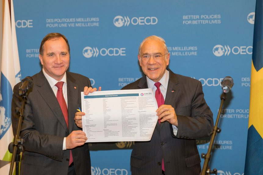 Mr. Löfven handing over a list of the almost 100 Global Deal partners to Mr. Gurría Photo: OECD